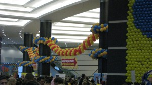 панно из разноцветных надувных шаров