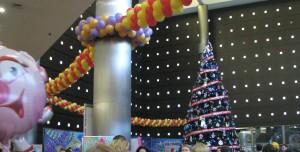 новогодняя ёлка дизайн фойе и зала разноцветными шариками