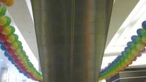 гирлянды из разноцветных шаров украшение эскалатора