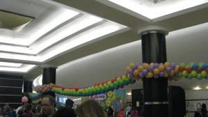 длинные гирлянды из разноцветных шаров под потолок
