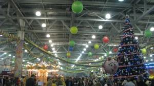 новогоднее украшение шариками дизайн залов арки гирлянды и композиции