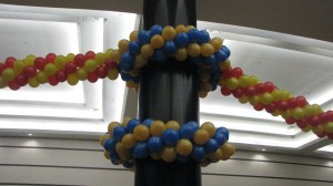 дизайн столбов гирляндами и арками из воздушных шариков