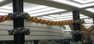 украшение стен шарами гирляндами в фойе под потолок и декор столбов недорого