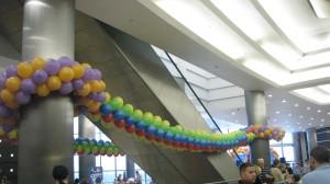 длинные гирлянды из разноцветных шаров в день открытия и презентации