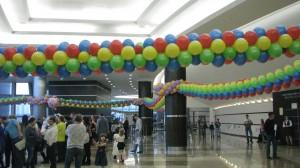 арки гирлянды композиции из разноцветных шаров натянуть между столбами опор